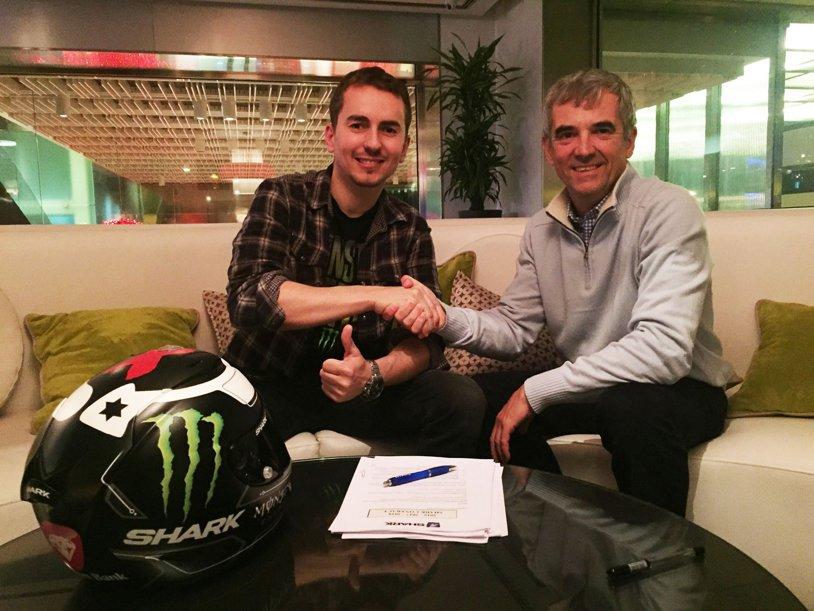 Jorge Lorenzo a rupt contractul cu HJC. Campionul mondial din MotoGP a semnat cu Shark după problemele cu casca din sezonul trecut