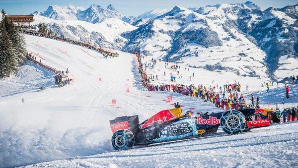 GALERIE FOTO | Cel mai tânăr pilot din istoria Formulei 1 s-a dat cu bolidul de 800 de cai putere pe pista de schi