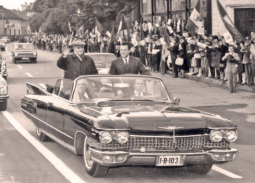 Vrei să te plimbi ca Nicolae Ceauşescu? Maşina preferată a dictatorului a fost scoasă la vânzare pe internet. La cât a ajuns deja licitaţia