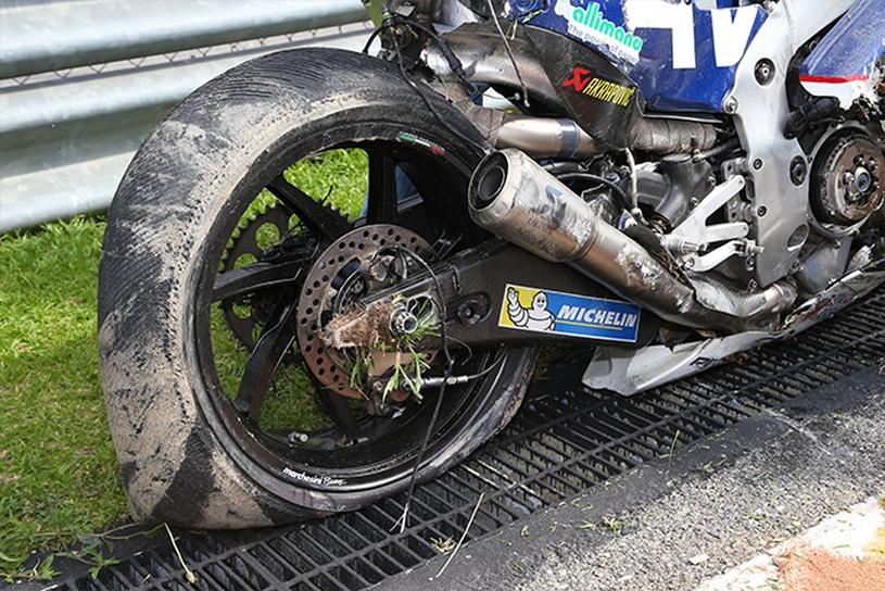 VIDEO | Pilotul MotoGP care a căzut la 290 km/h a fost supus unei forţe de 29,9 g. Airbagul combinezonului l-a salvat de la tragedie