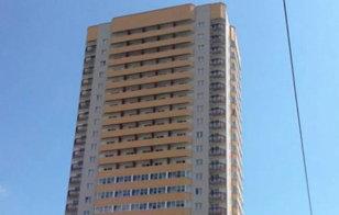 FOTO INCREDIBIL | Un adolescent a căzut de la etajul 23, dar acoperişul unui Logan l-a salvat miraculos. Cum arată acum maşina