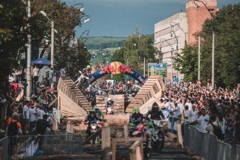 VIDEO | Demonstraţie de forţă şi îndemânare la Romaniacs 2017. Graham Jarvis a zburat cu motocicleta în faţa publicului din Sibiu