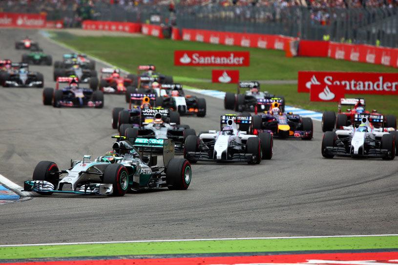 """La Formula 1 nu se aplică zicala """"Lasă, mă! Că merge aşa!"""". Grosjean a fost nevoit să abandoneze după ce mecanicii nu i-au fixat o piuliţă la pit stop. Verstappen şi-a eliminat coechipierul în primul tur"""