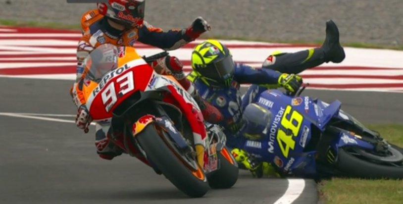 """Marquez a comis-o din nou! L-a dărâmat pe Valentino Rossi, """"Doctorul"""" a izbucnit nervos şi se prefigurează un nou conflict între cei doi"""
