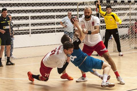 Handbal masculin   Dinamo ia în calcul şi varianta antrenorului străin. Jucătorii de la HCM Constanţa i-au salvat dreptul de joc lui Humet