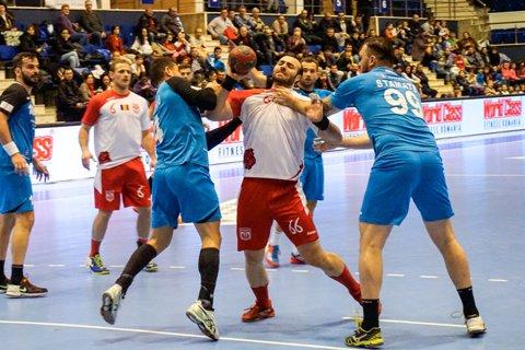Dinamo şi-a luat revanşa cu CSM Bucureşti, iar HC Vaslui a învins dramatic Steaua, chiar la ea acasă. Oaspeţii au câştigat cinci din cele şase meciuri în etapa a 16-a