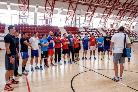 """Dinamo s-a reunit pentru titlu. Surpriza Alexandru Gurănescu: crescut în Franţa, 19 ani, 2,00 metri. Dragoş Oprea: """"Am venit la Dinamo să devin campion"""""""