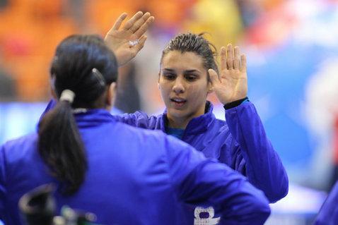 Naţionala feminină a învins Spania la Mondialul Universitar, dar nu este încă sigură de prezenţa în semifinale. Băieţii sunt lideri în grupă după două victorii cu Coreea de Sud şi Portugalia