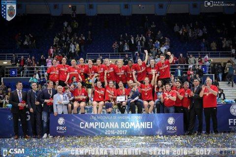"""Fetele de la CSM Bucureşti şi-au primit tricourile de campioane. Alin Petrache: """"Vom mai aduce 1-2 jucătoare, dar le vom anunţa între cele două meciuri din sferturi!"""". Cine este campioana titlurilor în România din lotul CSMB"""