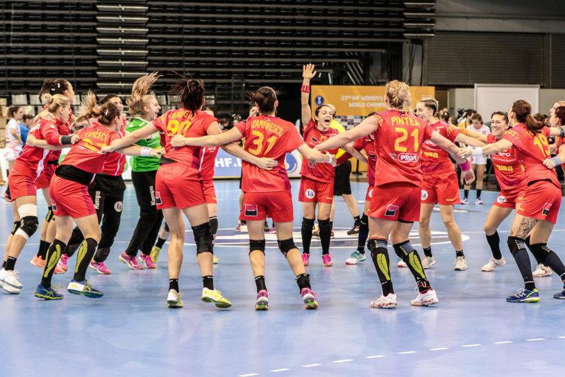 Careu de victorii, la Mondialul de handbal: România a învins cu emoţii Angola, Cristina Neagu a rezolvat partida, iar tricolorele nu mai pot pierde clasarea în primele două în grupă. Evoluţia nebună a scorului