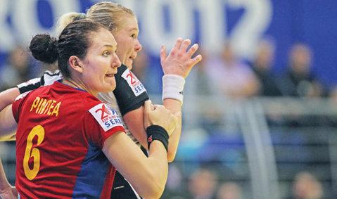 România se prezintă în Rusia cu 5 noutăţi în lot faţă de Campionatul Mondial. Marele dezavantaj al naţionalei feminine înaintea partidei tur cu campioana olimpică en-titre