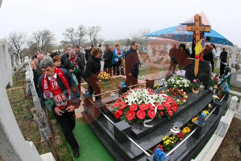 FOTO Fanii lui Veszprem au depus flori** la mormântul lui Marian Cozma