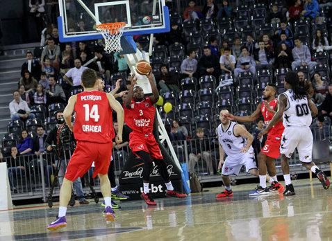 Semifinalele Ligii Naţionale de baschet masculin: CSM Oradea-U Cluj-Napoca, 72-71, în primul meci. Scandal uriaş la final