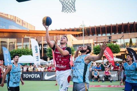 FOTO   Primele dueluri sub panou din era 3 la 3-ului olimpic s-au dat la Iaşi. Superbet Palas Streetball a fost câştigat de un campion european la baschet 3x3