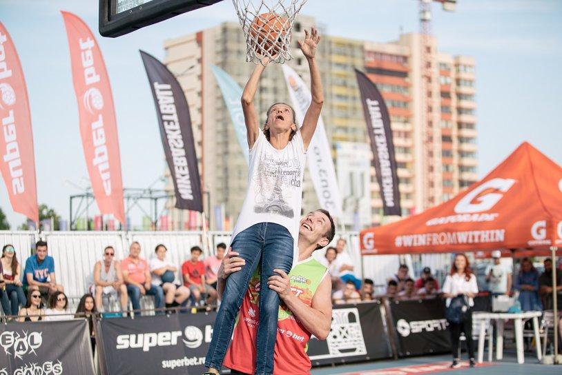 De la maraton la slam-dunk. În 2000 alerga la Jocurile Olimpice pe străzile din Sydney, acum Alina Tecuţ a făcut spectacol sub panou la Superbet Galaţi Streetball