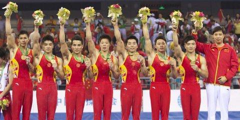 China şi-a apărat titlul în proba masculină pe echipe în faţa Japoniei, cu patru aparate câştigate, la capătul unei super-reveniri. Bara i-a adus în premieră pe primul loc, la ultima rotaţie