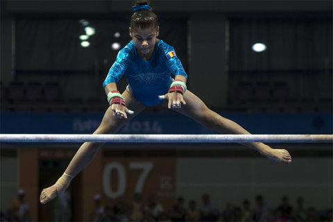 Laura Jurcă străluceşte la Doha: trei finale din trei. Ea va concura pentru aur la sol, bârnă şi paralele