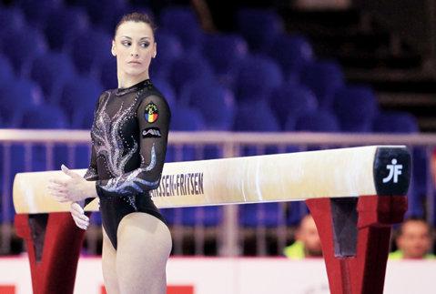 """Cătălina Ponor: """"O zi tristă pentru România!"""" VIDEO Momentul în care campioana noastră ratează săritura şi cade în calificari"""