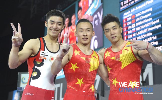 Noul campion mondial absolut în gimnastica masculină vine din China. Kohei Uchimura, neînvins din 2009, nu şi-a putut apăra titlul din cauza unei accidentări. Concursul similar feminin, fără nicio sportivă din România