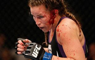 VIDEO | Definiţia determinării: o sportivă din UFC a vrut să continue lupta cu urechea ruptă şi plină de sânge