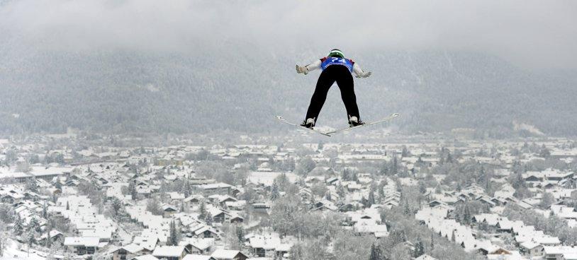 """Turneul celor patru trambuline. Peter Prevc, liderul Cupei Mondiale, a terminat en-fanfare competiţia şi a dus """"Vulturul de Aur"""" în Slovenia"""