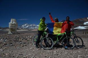 Trei români au traversat Deşertul Atacama şi vulcanul Ojos del Salado pe biciclete Pegas!