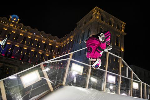FOTO | Cei mai buni patinatori din lume au coborât cu o viteză de peste 80 km/h la prima etapă a concursului Crashed Ice Red Bull