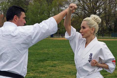 Un multiplu campion la karate şi scriitoarea Ioana Lee promovează sportul românesc în SUA