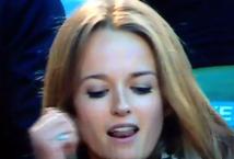 Imagini cu pătrăţel roşu. E incredibil ce a putut să facă blonda asta în direct la TV, la oră de maximă audineţă. Habar nu avea că e filmată