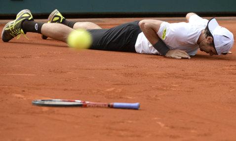 """VIDEO   Cea mai bizară minge de meci din tenisul mondial. Jucătorul şi-a aruncat racheta în timpul punctului: """"Mai nou, aşa se truchează un meci"""""""