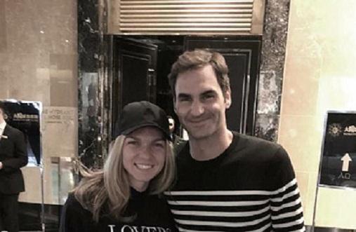 """Halep le-a dat o """"temă"""" fanilor. Ce scrie pe bluza purtată de Simona în poza cu marele Federer :)"""