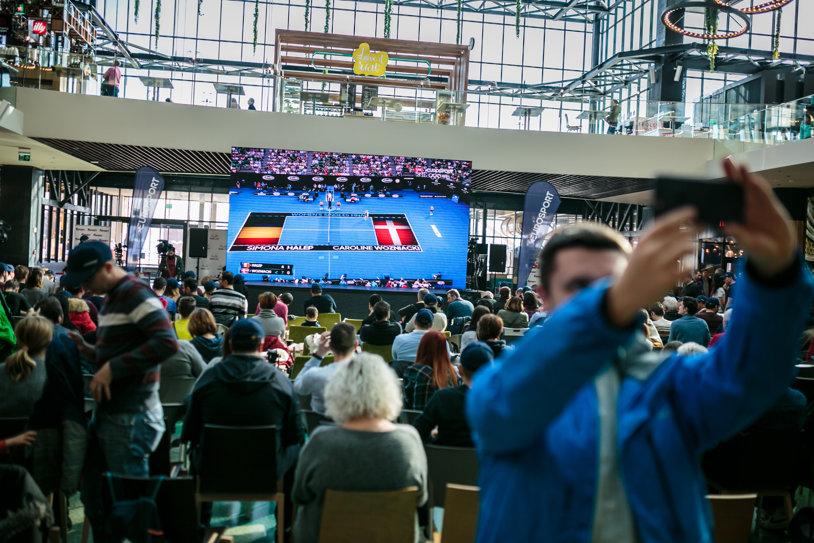 S-a umplut Polivalenta din Cluj pentru partidele de Fed Cup. Spectatorii încep să-şi vândă biletele după ce s-a anunţat că Halep nu participă