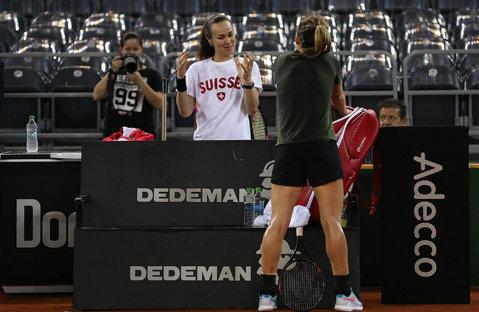 IMAGINEA ZILEI | Şuetă cu o legendă. Cum au fost surprinse Simona Halep şi Martina Hingis înaintea meciului din Fed Cup