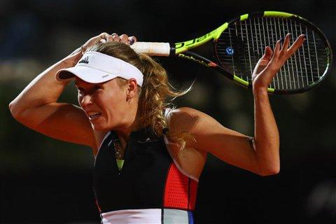 """Caro pune presiune pe Simona! Wozniacki a câştigat un meci lung la Roma, s-a calificat în """"sferturi"""" şi a revenit pe primul loc în clasamentul live. Ce urmează în lupta pentru #1 şi statutul de principală favorită la Roland Garros"""