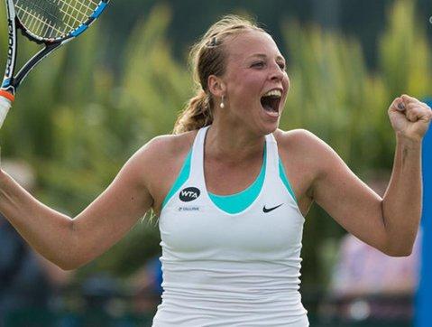 """A devenit arbitru în lupta pentru #1 WTA şi va fi cap de serie la Paris. Exultă, după ce a bătut-o pe Wozniacki şi a lăsat-o pe Halep la o victorie distanţă de păstrarea fotoliului de lider: """"Iubesc să câştig! Este incredibil să învingi a doua jucătoare a lumii"""". Corespondenţă din Roma"""