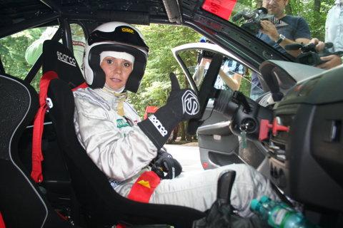 Ruxandra Dragomir a gonit prin Bucuresti la bordul unui bolid de curse! FOTO