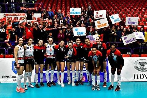Performanţă de excepţie pentru voleiul feminin din România: Alba Blaj a adunat cinci victorii consecutive în Liga Campionilor şi şi-a asigurat prezenţa între cele mai bune şase echipe de pe continent