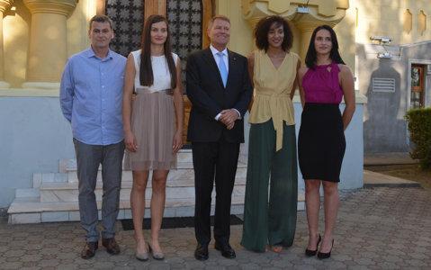 FOTO   Klaus Iohannis, faţă în faţă cu vicecampioanele Europei de la Volei Alba Blaj. Unde s-au întâlnit preşedintele României şi elevele lui Darko Zakoc