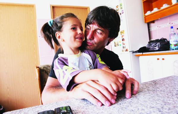 Sfârşitul coşmarului! Kassandra Rotariu va fi un copil normal, după 30 de operaţii în doi ani