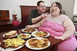 FOTO Mănâncă zilnic 30.000 de calorii cu un scop declarat: să devină cea mai grasă femeie din lume