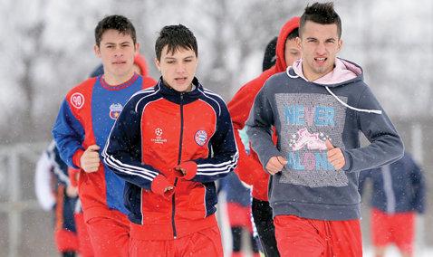 """Ajax roş-albastru! Reportaj. Adversara Stelei din Europa League are o """"soră"""" în România, la Botoroaga"""