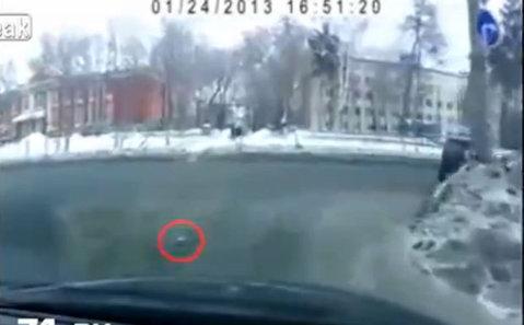 VIDEO Gestul pe care ţi-ai dori şi tu să-l faci! Un şofer din Rusia a devenit IDOL după ce a făcut asta într-o intersecţie: toată lumea l-a aplaudat