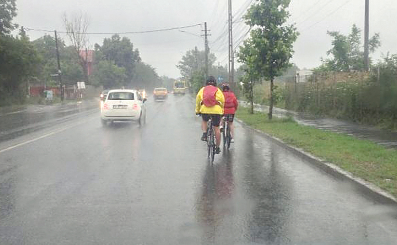 Ploua infernal şi ei pedalau