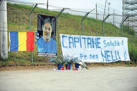 """Colegii şi fanii l-au omagiat pe Costică Ştefănescu la """"Oblemenco"""": """"Căpitane, salută-l pe nea Nelu!"""""""