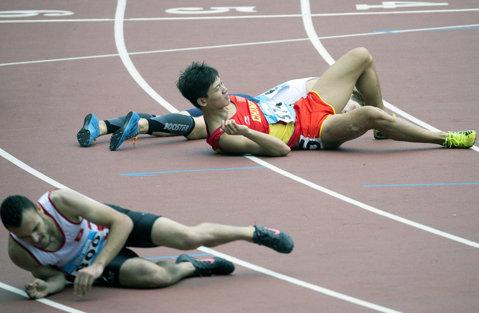 IMAGINEA ZILEI | Au căzut ca seceraţi după ce au trecut linia de sosire la proba de 400 de metri de la Jocurile Olimpice de Tineret de la Nanjing