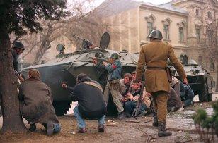 """Cândva, în decembrie: 1989-2014. Tu ce făceai """"la Revoluţie""""? Stadionul Steaua devenise domiciliu pentru Iordănescu şi Gaţu. """"Stăteam ascuns în casă, se auzeau focuri de armă de afară, pe Brezoianu treceau tancuri"""""""