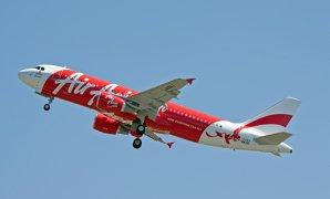 Zborul AirAsia QZ8501 din Indonezia spre Singapore a dispărut. Compania îi aparţine afaceristului care deţine şi echipa engleză QPR, din Premier League. Căutările epavei au fost oprite din cauza condiţiilor meteo