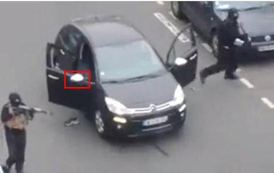 Teoria conspiraţiei. Ziariştii francezi susţin că maşina folosită de teroriştii de la Charlie Hebdo este diferită faţă cea capturată de poliţie după ce au abandonat-o. FOTO | Ce spun imaginile
