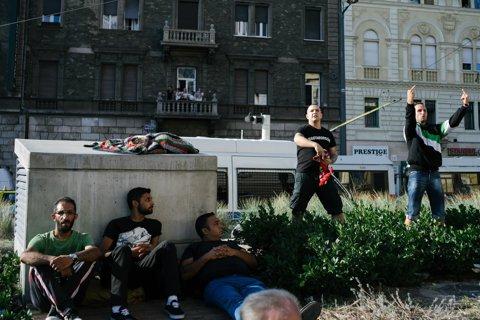 Scene nebuneşti la Budapesta. În lipsa românilor, ultraşii maghiari au atacat refugiaţii sirieni. Poliţia a despărţit cele două tabere