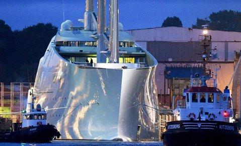 """Când banii nu sunt o problemă! FOTO   Cel mai scump yacht din lume, construit la comandă pentru un miliardar rus care deţine şi un Boeing 737. Cum arată """"Perla Albă"""", de 360 milioane €"""